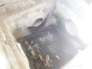 雨水会所の劣化により底が抜けている状態