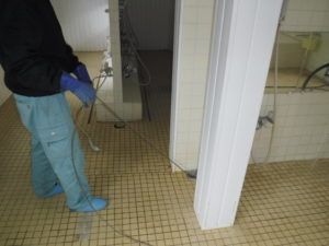 浴場風呂土間排水口の高圧洗浄清掃作業中