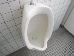 水の流れがゆっくりなトイレ小便器