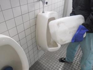 トイレ小便器薬品でお掃除中