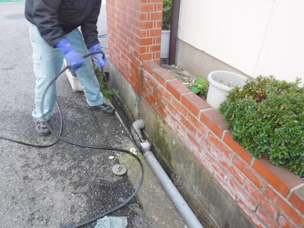 兵庫県伊丹市での排水管高圧洗浄清掃作業中