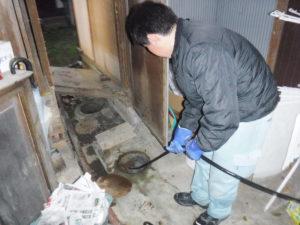トイレの詰まり高圧洗浄で清掃中