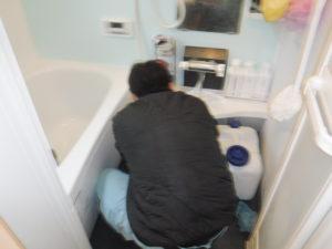お風呂排水口掃除中