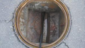 高圧洗浄で排水管の詰まり解消作業開始