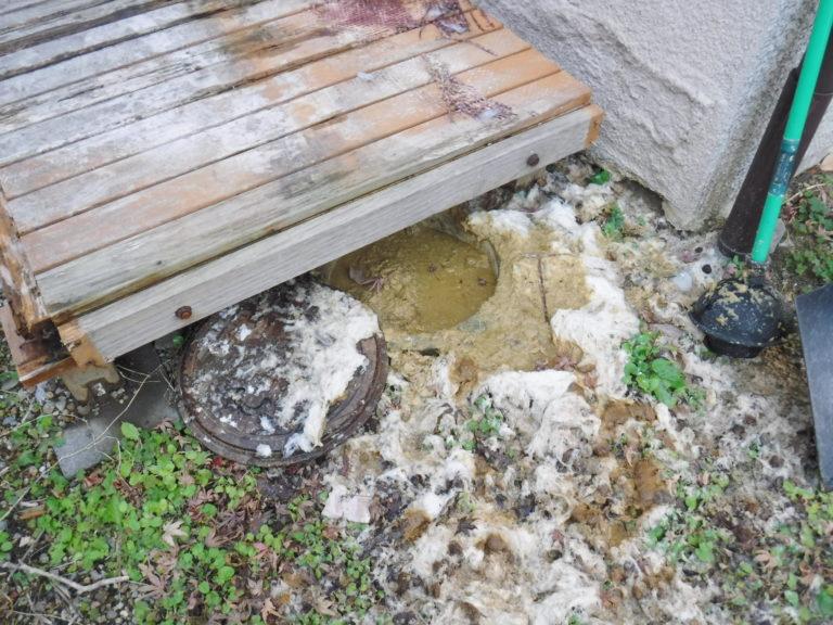 大阪府池田市での排水管が詰まりマンホールから汚水が逆流解消、高圧洗浄清掃作業