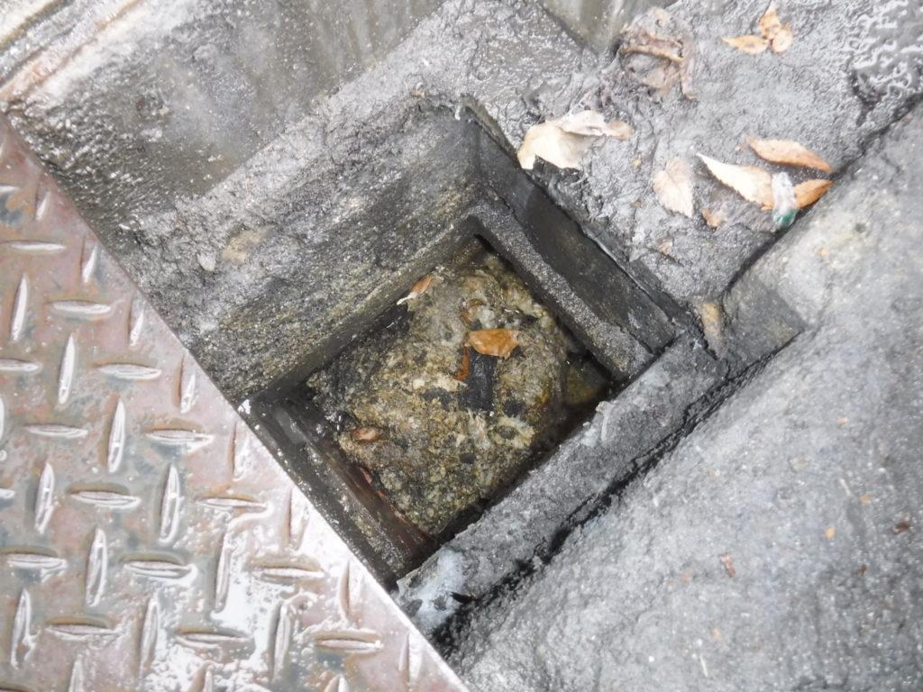 大阪市北区でのトイレつまりの原因、排水管から下水側側溝で詰まり、高圧洗浄清掃作業