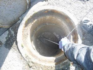 排水管詰まり解消のため高圧洗浄清掃作業中