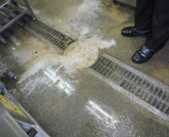 兵庫県伊丹市での排水管とグリストラップが詰まり高圧洗浄清掃前の様子