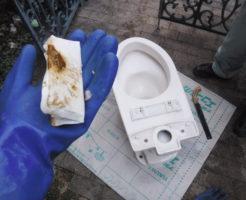 トイレつまり修理/トイレの水を流したらゴポゴポ音がする→詰まりトラブル原因便器に落としたカイロ、掃除清掃業者の水道屋はアクアDr.