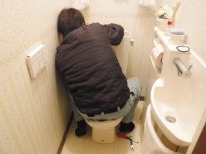 トイレタンク、便器の添え付け作業中