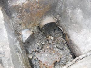 パイプも泥で埋まりかけて劣化している会所