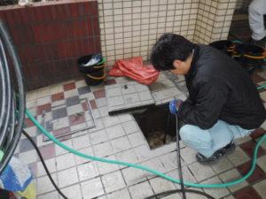 大阪でのトイレ詰まり高圧洗浄清掃作業の様子