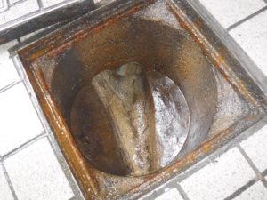 公衆トイレ詰まり解消後のマンホール