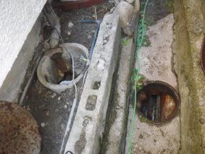 汚水が溜まっていた側溝にマンホールがありました