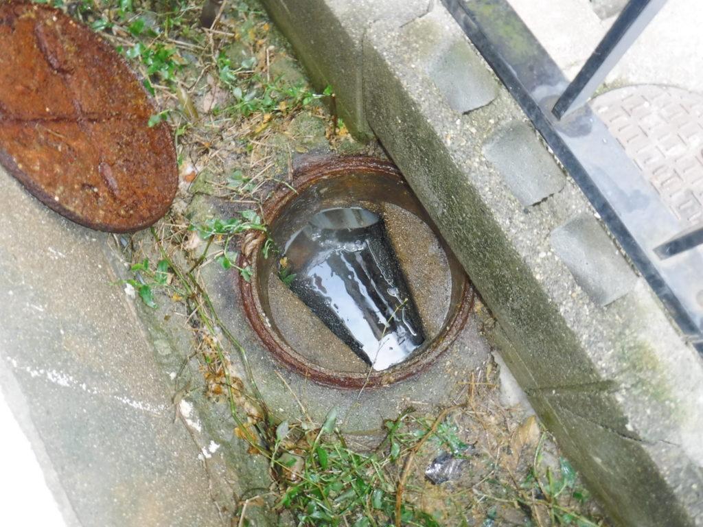 高圧洗浄で下水管のつまりが解消され、マンホールや地面の汚物処理のお掃除も完了
