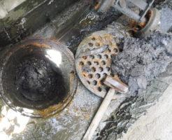 側溝のマスが詰まり水が溢れて逆流が詰まり原因、高圧洗浄清掃でしっかりお掃除