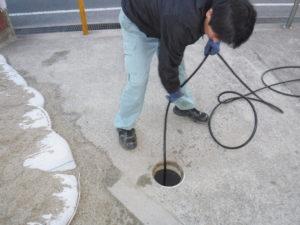 キッチン排水管の油の塊除去作業中