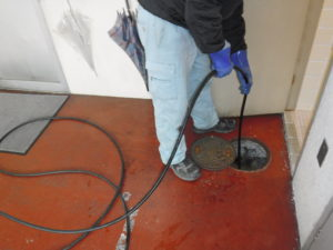 トイレ詰まり解消高圧洗浄清掃作業中