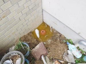 トイレ裏で汚水が溜まってトイレが詰まって流れないようです