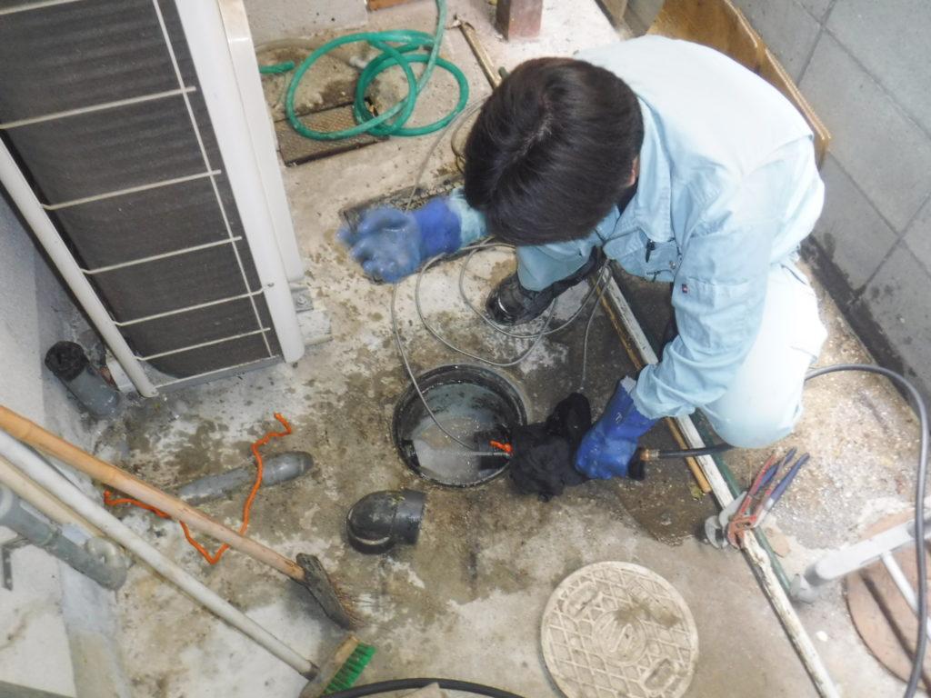 大阪の焼き鳥飲食店での排水管高圧洗浄清掃作業