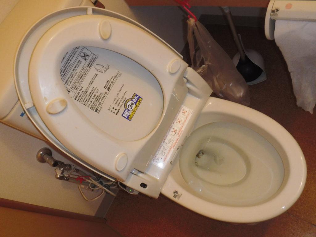 大阪府豊中市の介護施設にてトイレが詰まり水が流れない状態