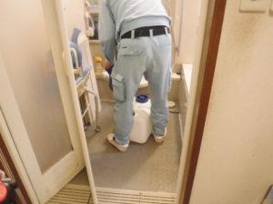 ユニットバス排水溝清掃中