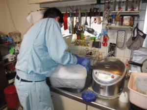 キッチン排水口清掃中