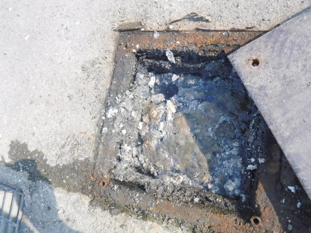マスが詰まり水が流れない状態、高圧洗浄つまり修理前
