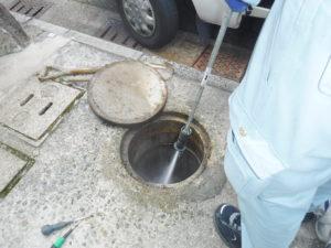 高圧洗浄でマス掃除中