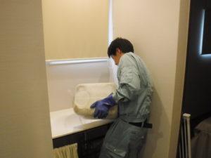 トイレ前手洗い排水口掃除中