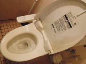 水の流れが悪い状態のトイレ