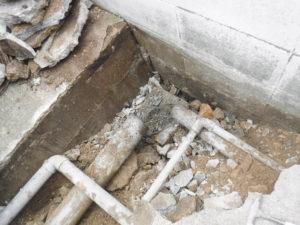マス解体後、土間下はスカスカで空洞でした。パイプもへし折れるような形で逆への字状態