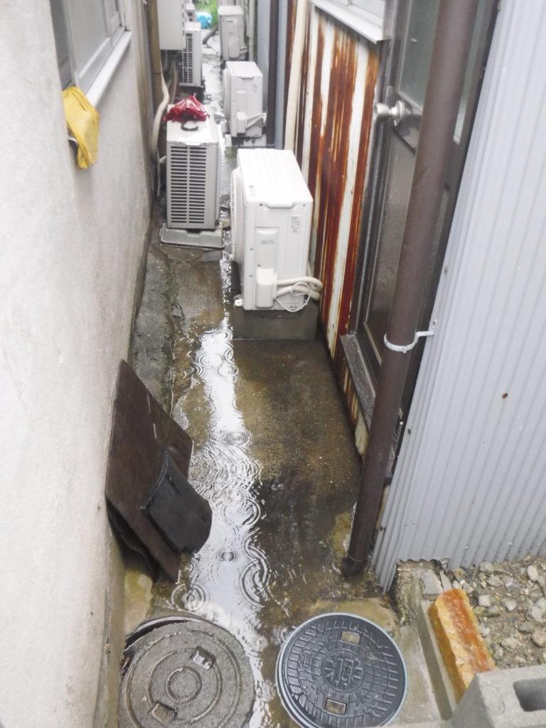 建物の裏の会所から汚水が溢れていました