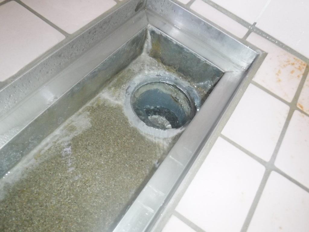 水を流すと排水管に流れていかずに水が上がってくるようになった排水溝