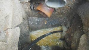 高圧洗浄で排水管の清掃作業中