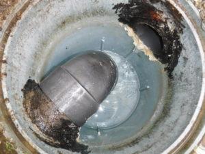 配管、汚水マスが長年の汚れ、油の塊でパンパンになり詰まる、清掃