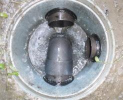 家の外で汚水が溢れる、排水管詰まり油の塊除去作業後