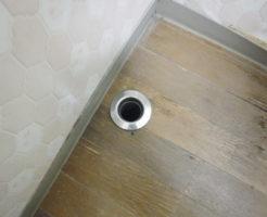 洗濯機排水管がつまり床に水が溢れる状態、清掃前