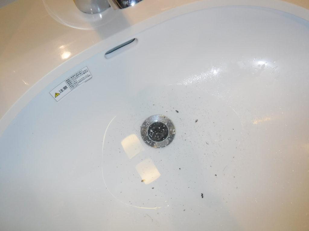 洗面台の排水口が詰まり水が流れなくなり詰まっている状態
