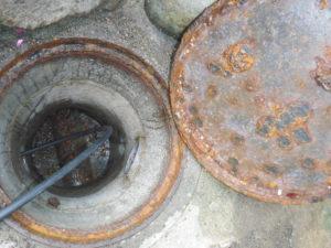 開口するのに手こずったお家の最終汚水マスから高圧洗浄中