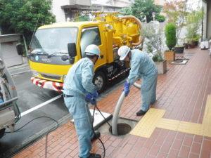 排水管のバキューム吸引清掃作業中