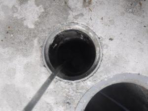排水管の高圧洗浄清掃作業中