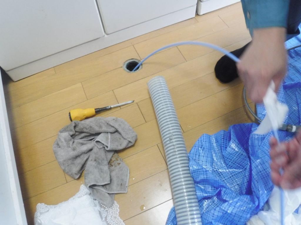 大阪での排水管詰まり解消のため、バキューム吸引車、高圧洗浄機、カメラ調査による清掃作業