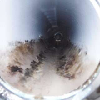 トイレ排水管の水垢こびり付きを取り除き水が正常に流れるようになりました