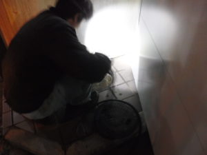 夜間のアパートが排水管が詰まり溢れて逆流しそうな状態