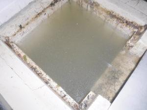 厨房の排水側溝が詰まりのために水が流れない状態