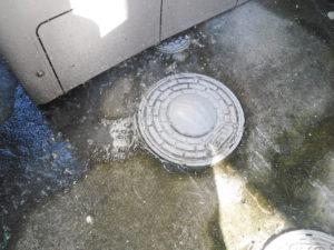 兵庫県伊丹市にて電気温水器の下にある汚水マスから汚水が溢れて水漏れ