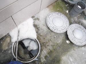 高圧洗浄機で詰まりの修理作業中
