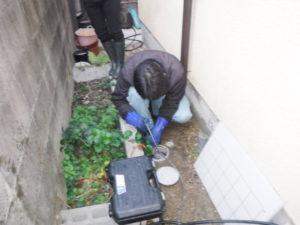 屋外配管の高圧洗浄清掃作業中