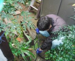 大阪府池田市での排水管詰まり解消のため高圧洗浄機でパイプクリーニング中